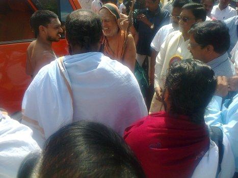 Jayendra Saraswati surrounded by the delegates and others
